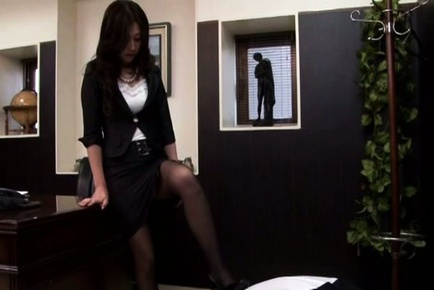 Japanese AV Model shows hot butt in stockings on b...