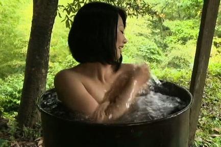 Japanese AV Model with huge jugs takes bath in cal...
