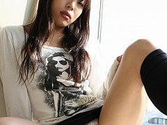 Gorgeous amateur Asuka spreads her creamy thighs t...