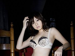 Incredibly sexy gravure idol shows off her figure...