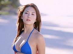 Enticing gravure idol beauty stuns in her bikini a...