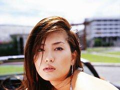 Drop dead gorgeous gravure idol babe at the beach...