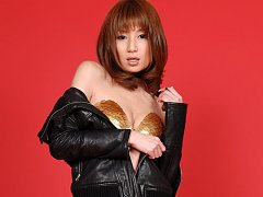 Kaori Minami shows off her sexy body in jean short...