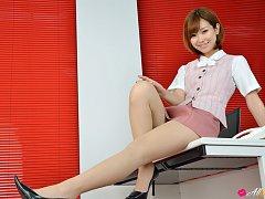Ichika Nishimura Asian proudly shows sexy legs und...