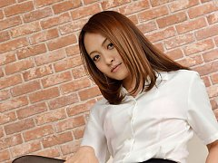 Ravishing Rina Itoh poses in sexy high heels and h...
