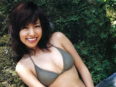 Sultry gravure idol babe looks incredibly beautifu...