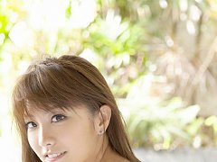 Brunette angel Azusa Yamamoto looks delicious layi...