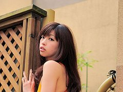 Sexy gravure idol chick shows her curves in a tigh...