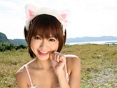Gravure idol is terribly adorable in her kitten ea...